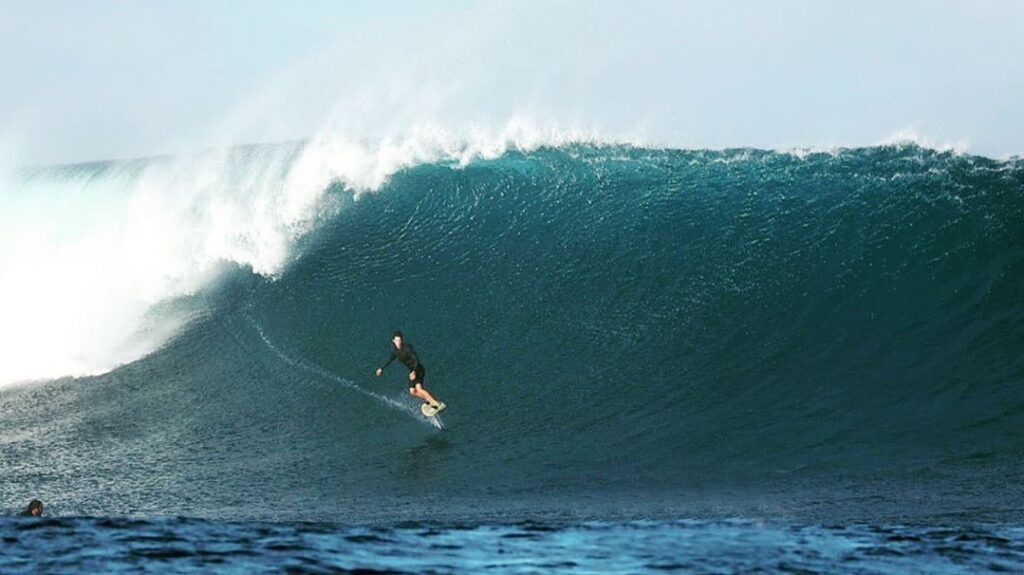 Man surfing the waves on an eFoil